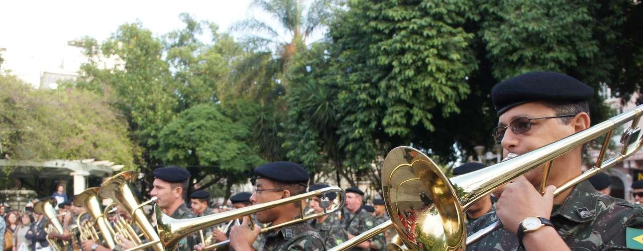 10 de abril - Banda dos Fuzileiros Navais se apresenta em Santa Maria em homenagem às vítimas da tragédia