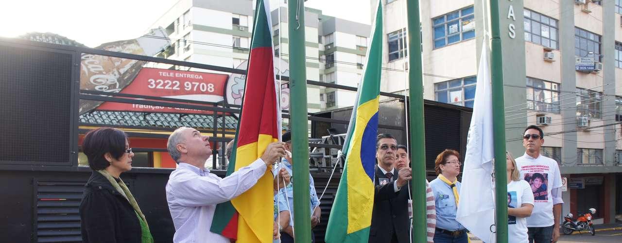10 de abril - Membros da associação de familiares das vítimas participaram do hasteamento da Bandeira Nacional