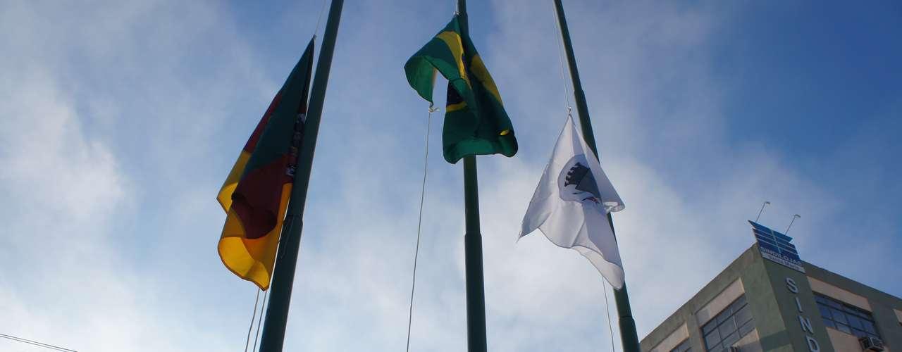 10 abril - Além da bandeira do Brasil, foram hasteadas as bandeiras do Rio Grande do Sul e de Santa Maria