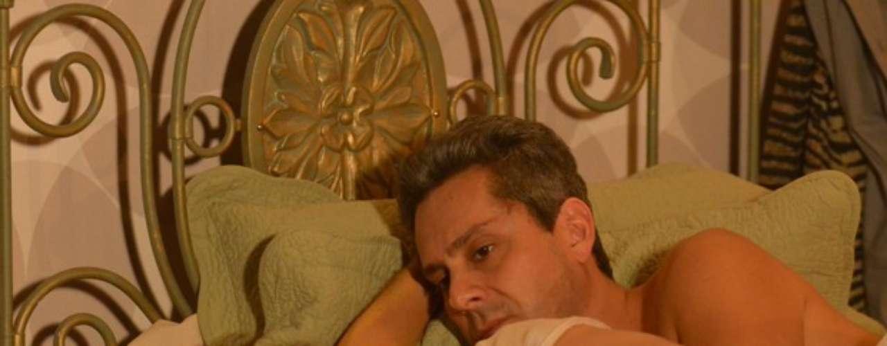 Helô (Giovanna Antonelli) está crente que Stenio (Alexandre Nero) finalmente está conseguindo resolver os problemas que Drika (Mariana Rios) arruma. Relaxada, a delegada acaba aceitando um vinhozinho com o advogado.