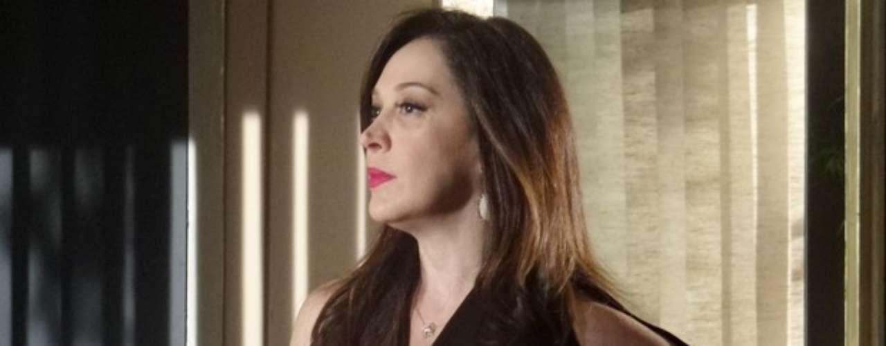 Lívia (Claudia Raia) já sabe que Morena (Nanda Costa)está escondida no Rio de Janeiro e, no que depender da máfia, a jovem está com os dias contados. A chefona liga para dar a notícia a Wanda (Totia Meirelles) e a ordem é bem clara: acabar com a traficada