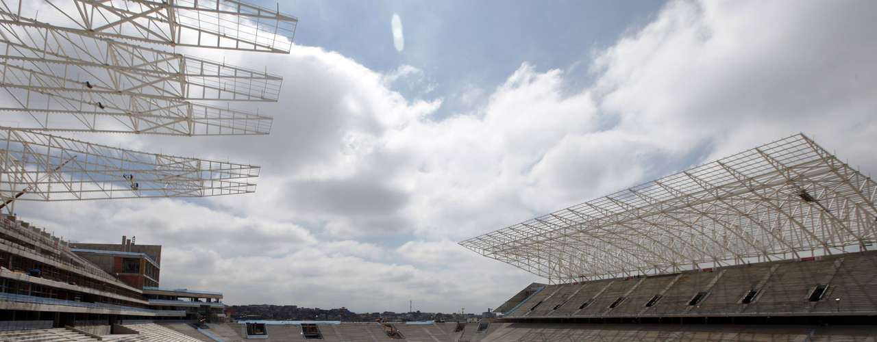 11 de abril de 2013: Em dia de visita do ministro Aldo Rebelo, do prefeito Fernando Haddad e do governador Geraldo Alckmin, Arena Corinthians continua as obras e recebe notícia de que o financiamento do BNDES (R$ 420 milhões) está próximo de ser liberado