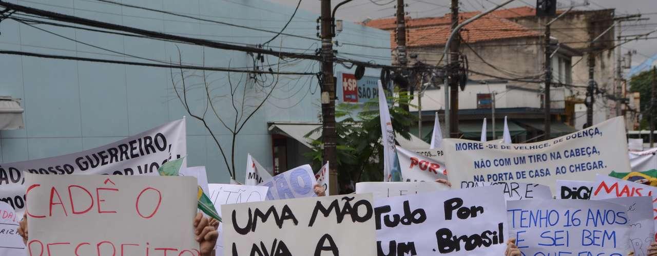 Amigos e familiares do universitário Victor Hugo Deppman, 19 anos, morto em um assalto na zona leste de São Paulo, fazem manifestação pela paz