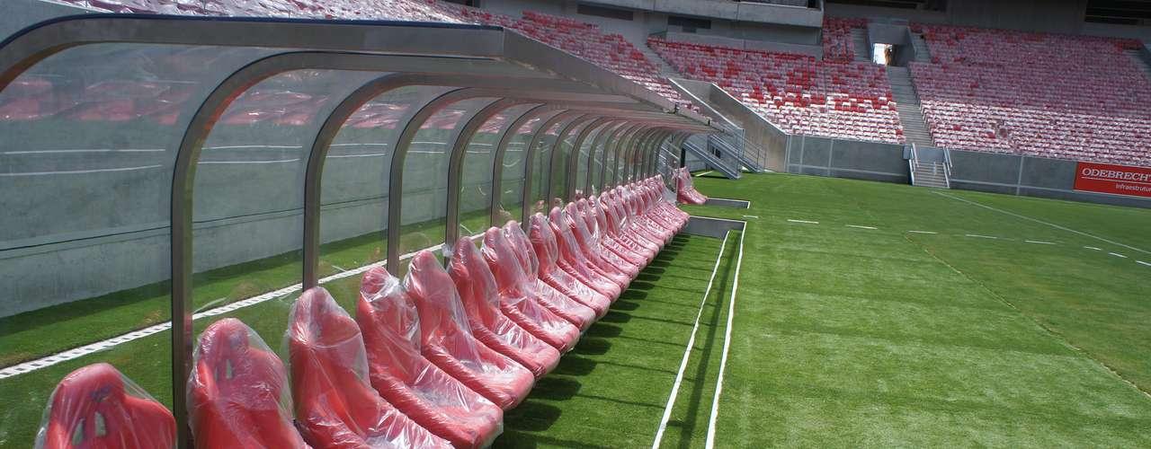 14 de abril de 2013: bancos de reservas já estão colocados no gramado da Arena Pernambuco. Estreia oficial do estádio está prevista para o dia 22 de maio, em amistoso que envolverá o Náutico e outra equipe do Sul/Sudeste ou exterior