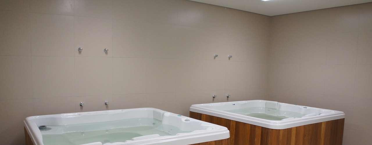 14 de abril de 2013: vestiários contam com banheiras de hidromassagem para auxiliar no trabalho de recuperação física dos atletas