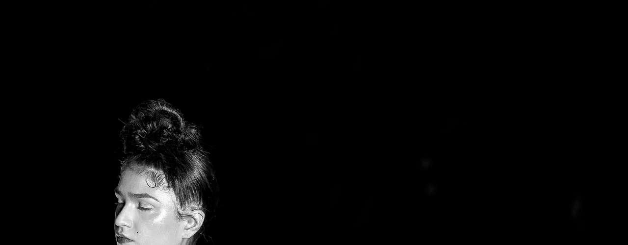 Foto em preto e branco exibe peça da Alessa