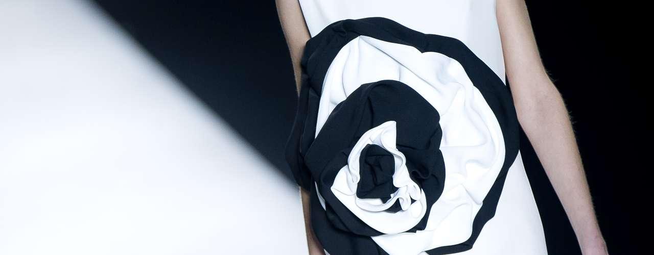 Para completar a inspiração espanhola da marca, enormes rosasforam aplicadas nas roupas