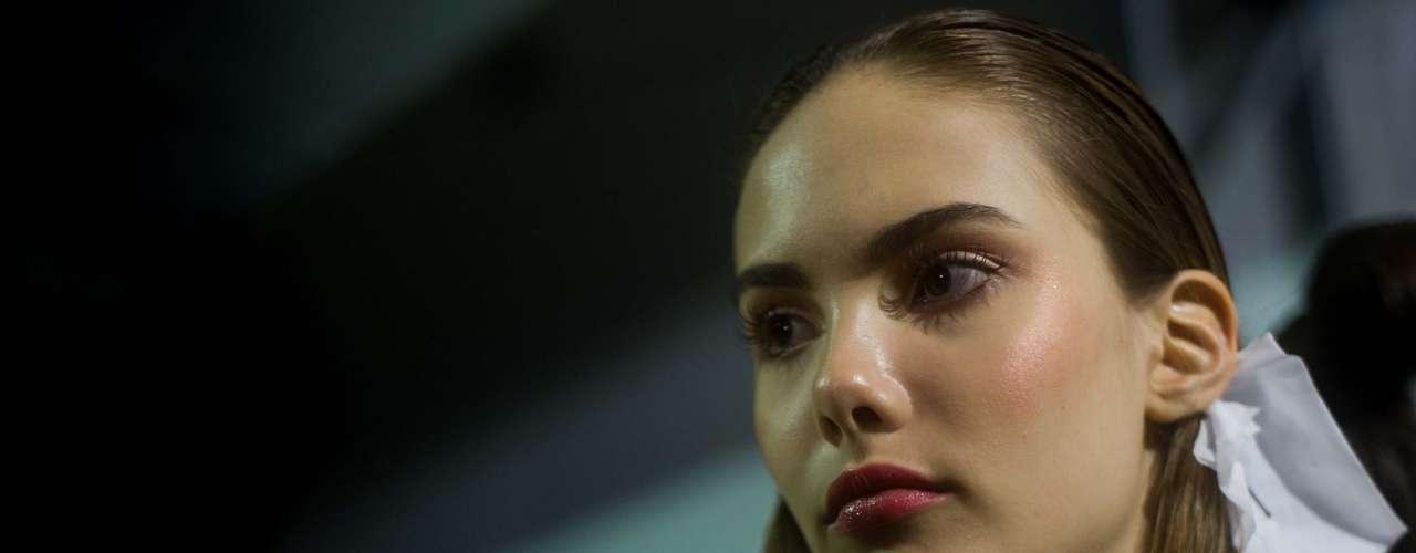 Modelo ajusta visual antes de desfilar no Prêmio Rio Moda Hype