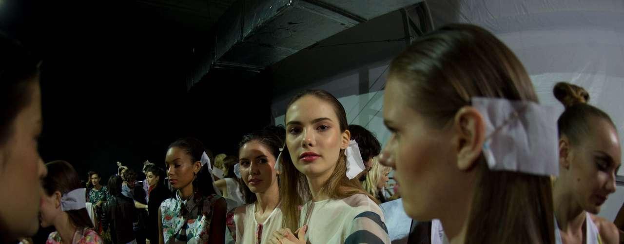 Movimentação no backstage do Prêmio Rio Moda Hype era intensa antes do desfile