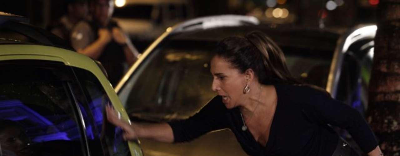 Wanda bate na porta do taxi, pensando que Morena está lá dentro