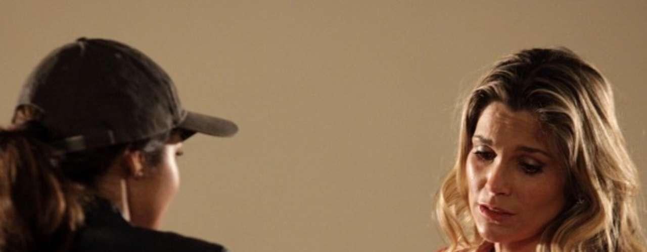 Durante uma perseguição, Morena (Nanda Costa) entra na Igreja de São Jorge sem saber o que fazer com Jéssica, em Salve Jorge. Lá, ela encontra Érica (Flávia Alessandra) e pede que ela leve sua filha até a casa de Lucimar (Dira Paes)