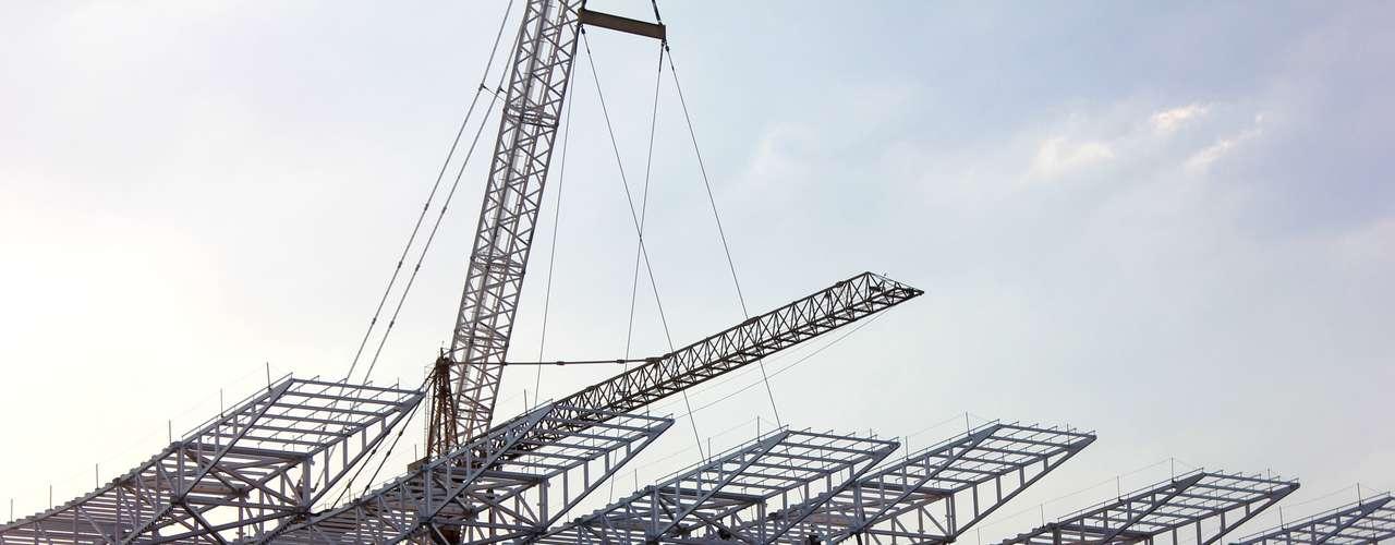 17 de abril de 2013: com 70,12% de obras concluídas, Arena Corinthians instala sexto módulo da cobertura metálica do prédio oeste, o maior e mais complexo do projeto