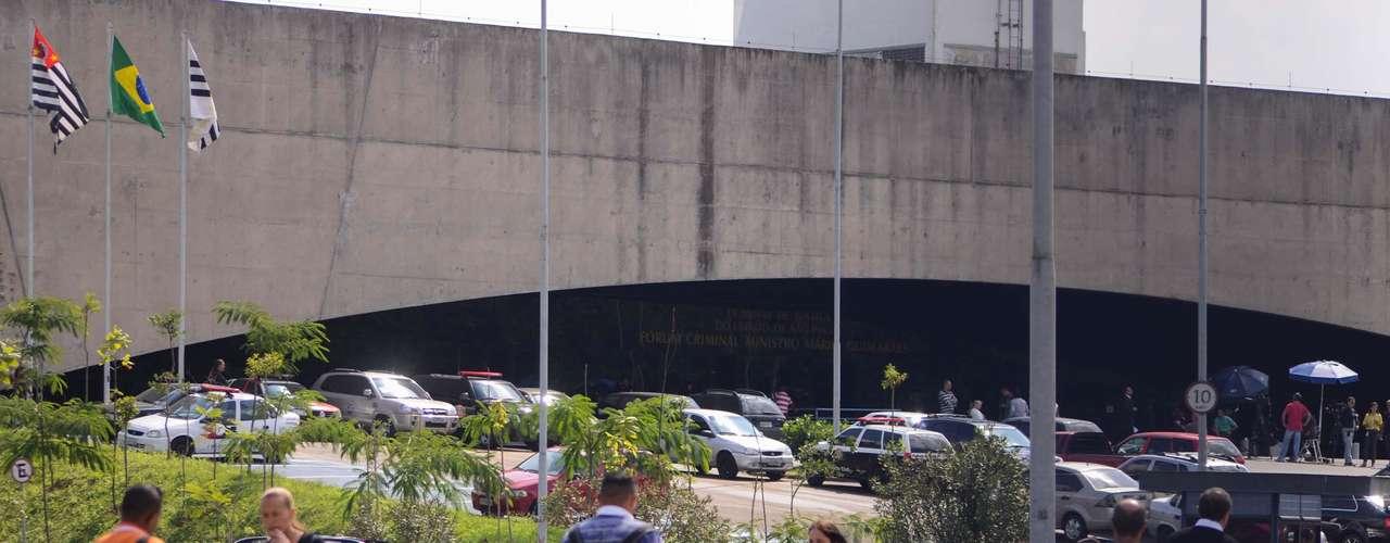 17 de abril -Movimentação do lado de fora do Fórum onde ocorre o julgamento do Carandiru. Trabalhos foram suspensos temporariamente nesta quarta-feira após um jurado passar mal