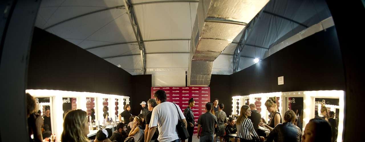 Imagem mostra backstage da grife Espaço Fashion