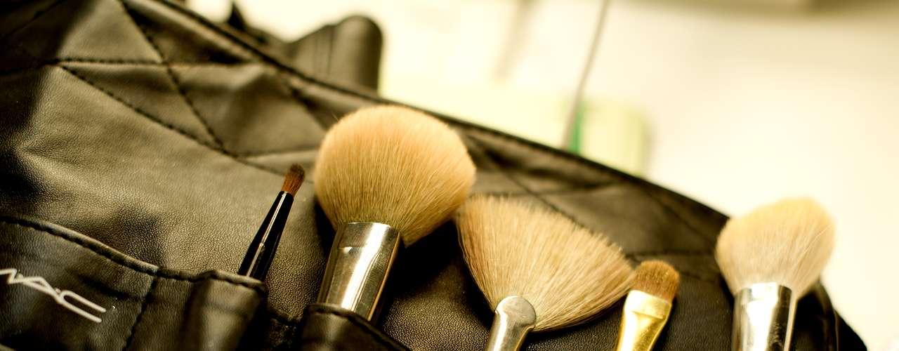 Imagem mostra kit de maquiagem em backstage da TNG