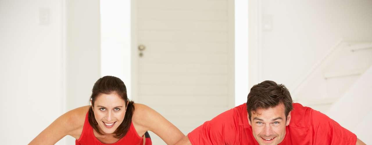 Exercite-se regularmente De acordo com a Faculdade Americana de Medicina no Esporte, as pessoas que se exercitam regularmente relatam menos resfriados que os sedentários. Estudos têm demonstrado uma redução de 25% a 50% no tempo que fica doente em pessoas que participam de exercício moderado por pelo menos 45 minutos na maioria dos dias da semana