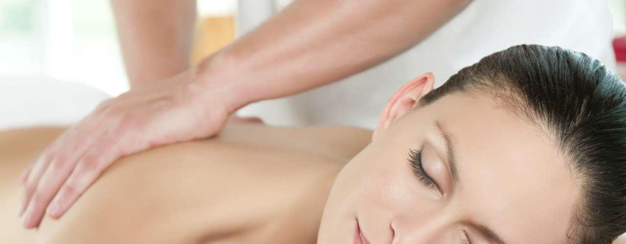Aposte em massagem Tratamentos de spa podem parecer regalias desnecessárias, mas estudos mostraram que apenas uma sessão de 45 minutos de massagem sueca aumenta a contagem de células brancas do sangue, que é uma parte importante do sistema imunológico