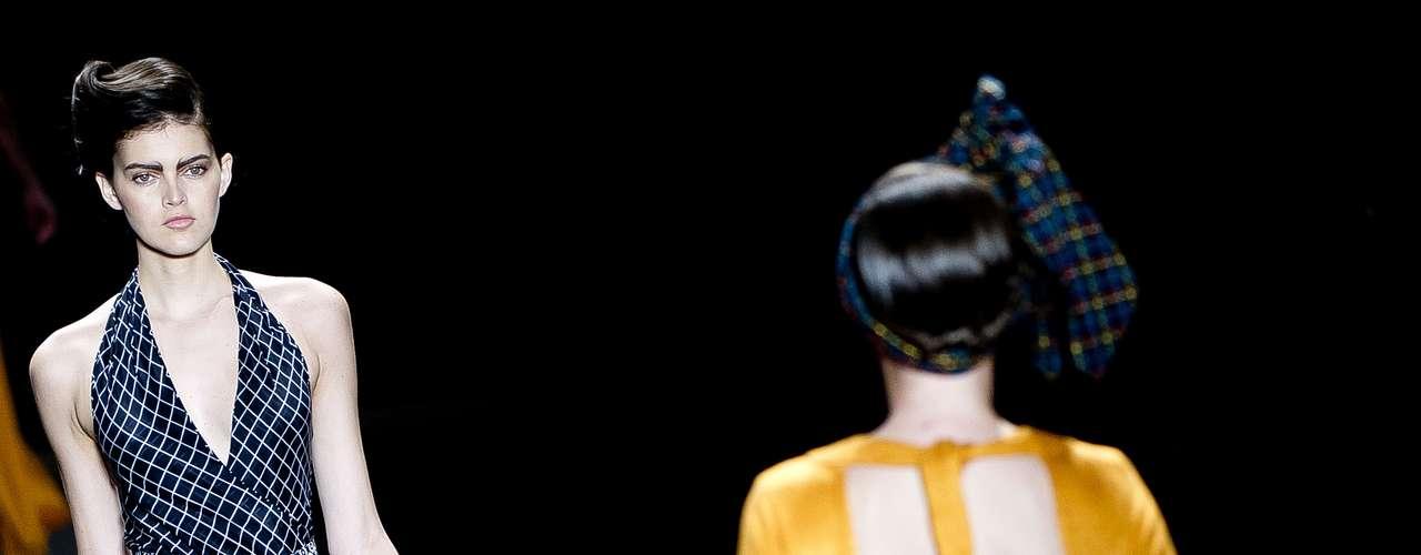 A Acolá desfilou no Rio Moda Hype com dois penteados diferentes: um com lenços que formavam grandes laços na cabeça e outro com um topete \