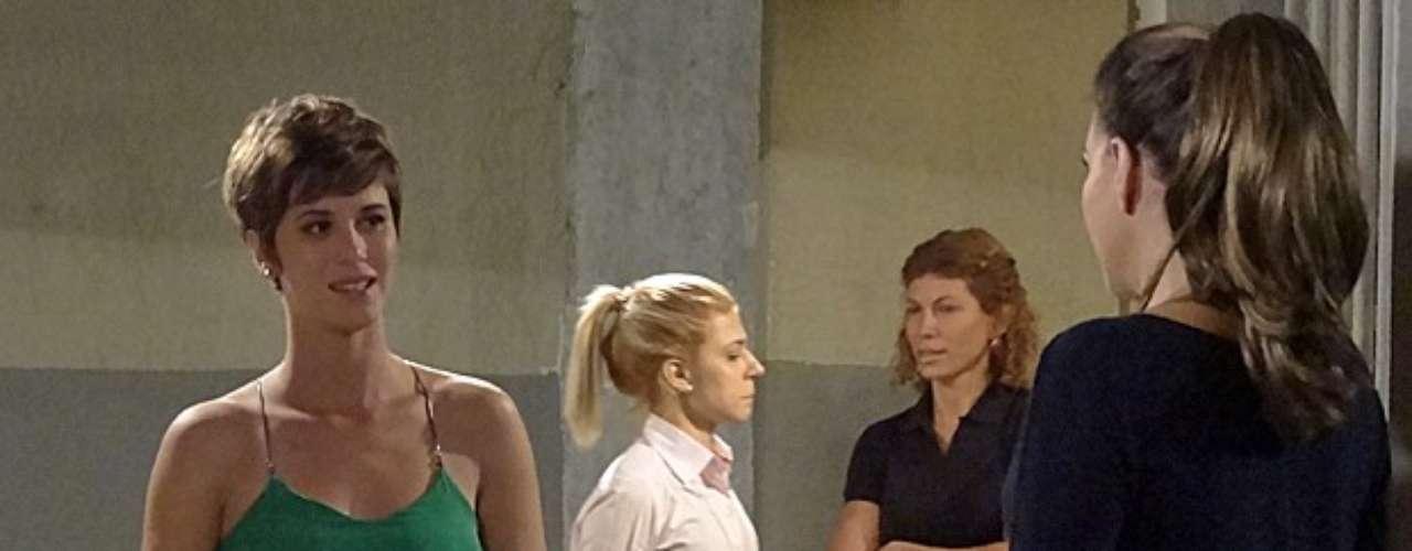 Wanda (Totia Meirelles) finge que realmente é a mãe de Aisha (Dani Moreno) e comemora quando a jovem paga sua fiança