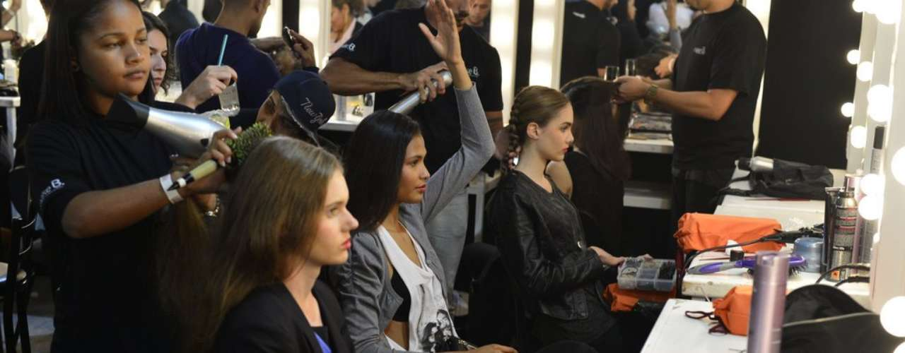 Para preparar e alisar os cabelos das modelos, os cabeleireiros fizeram escova antes de trançá-los