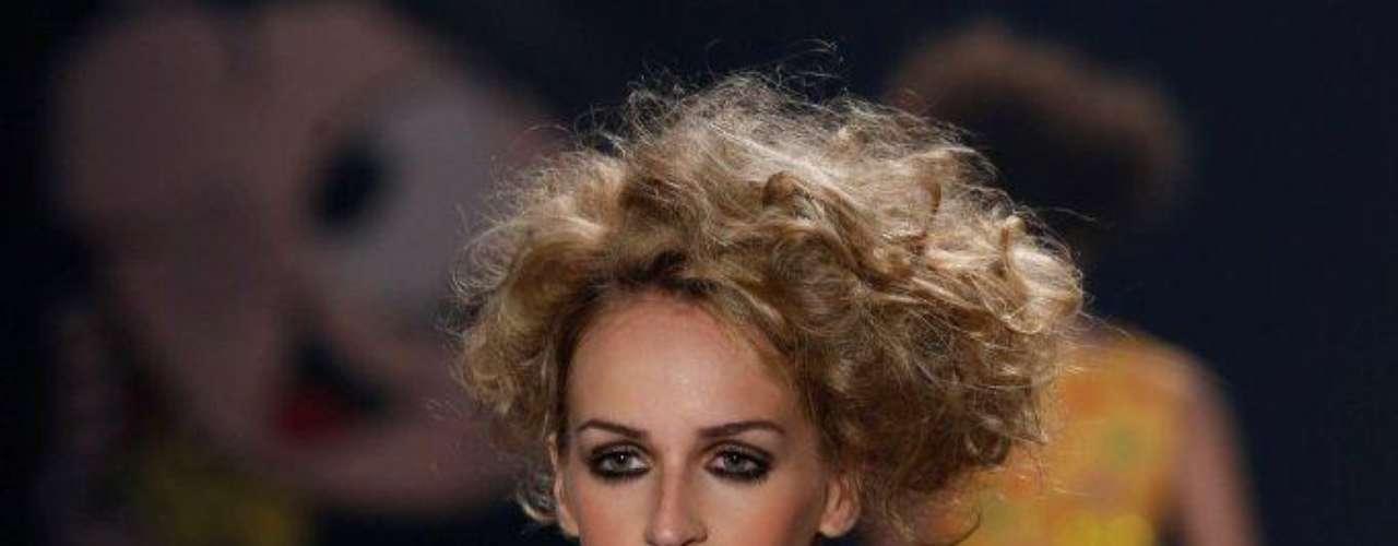 Em alguns looks da Apoena, o cabelo era bem bagunçado e cheio de volume