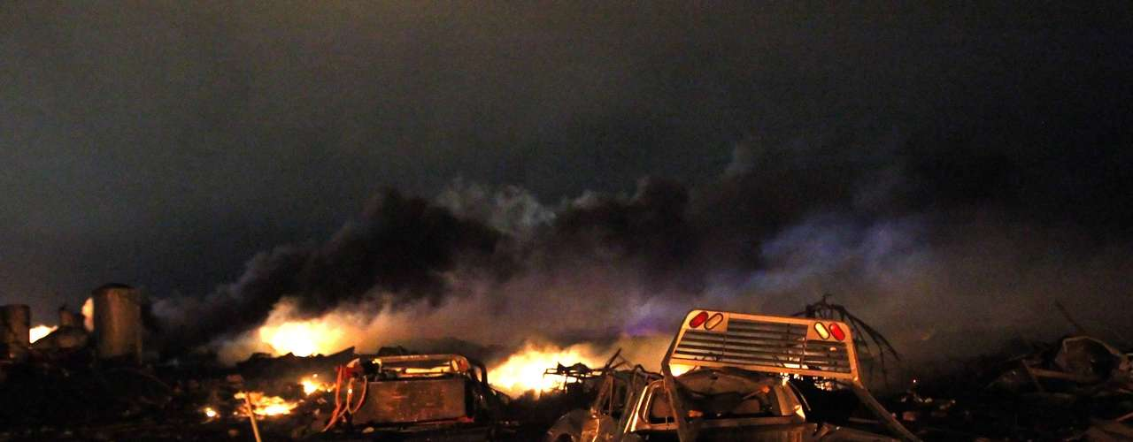 17 de abril -Incêndio destruiu casas e veículos nas proximidades