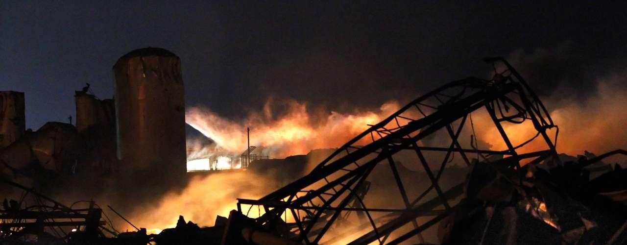 17 de abril -Tamanho do incêndio dificultou o trabalho dos bombeiros