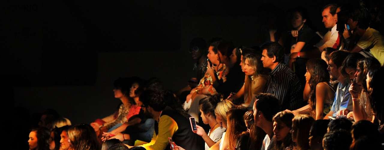 Plateia acompanha o terceiro dia de desfiles do Fashion Rio