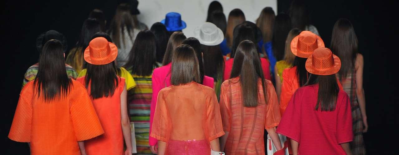Modelos multicoloridas encerram o desfile da Sacada na Marina da Glória