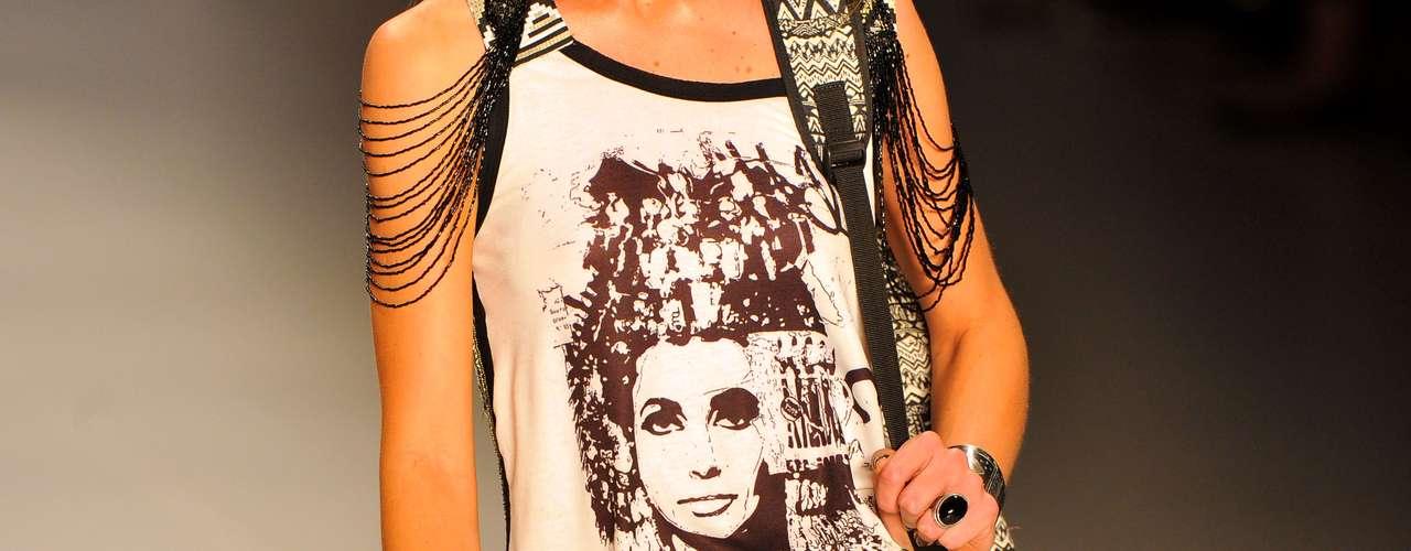 Estampa se destaca na camiseta da modelo no desfile da Oh, Boy!