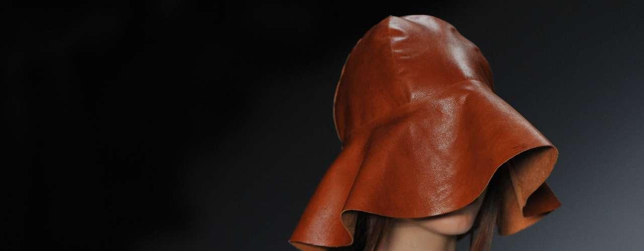 Chapéu cobre rosto da modelo no desfile da Cantão