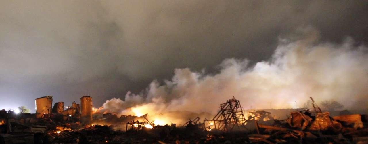 18de abril -Autoridades dizem que o cenário é de guerra após a explosão na planta de fertilizantes