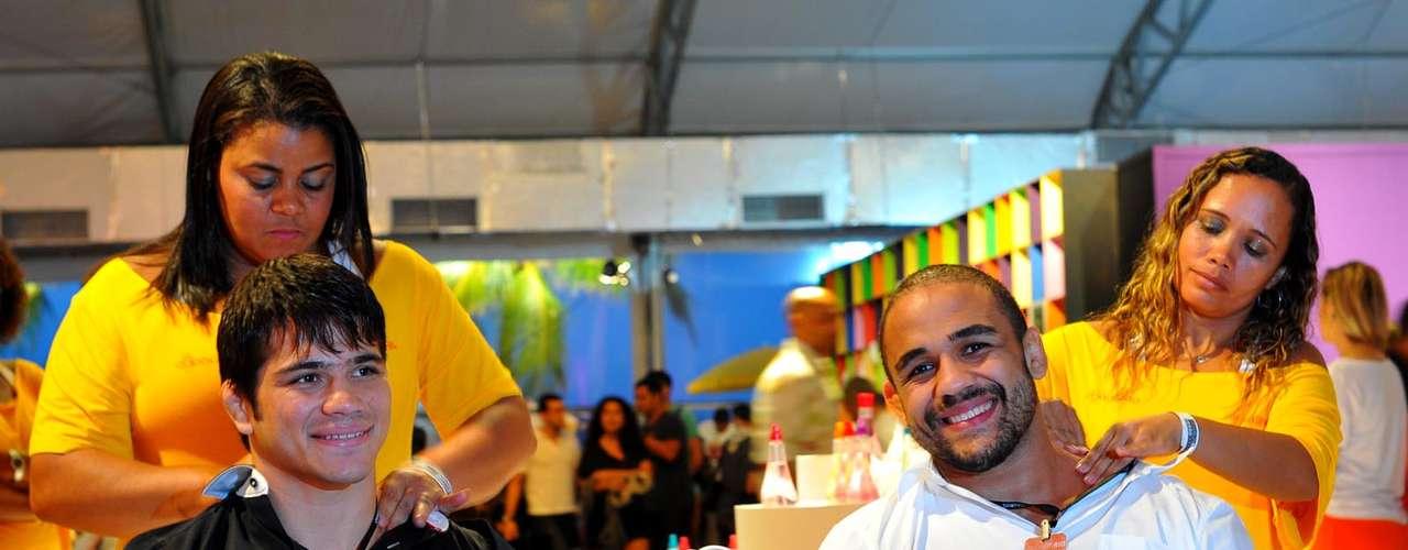 Erick e Feijão aproveitaram para fazer uma massagem em um dos stands que disponibilizavam o serviço