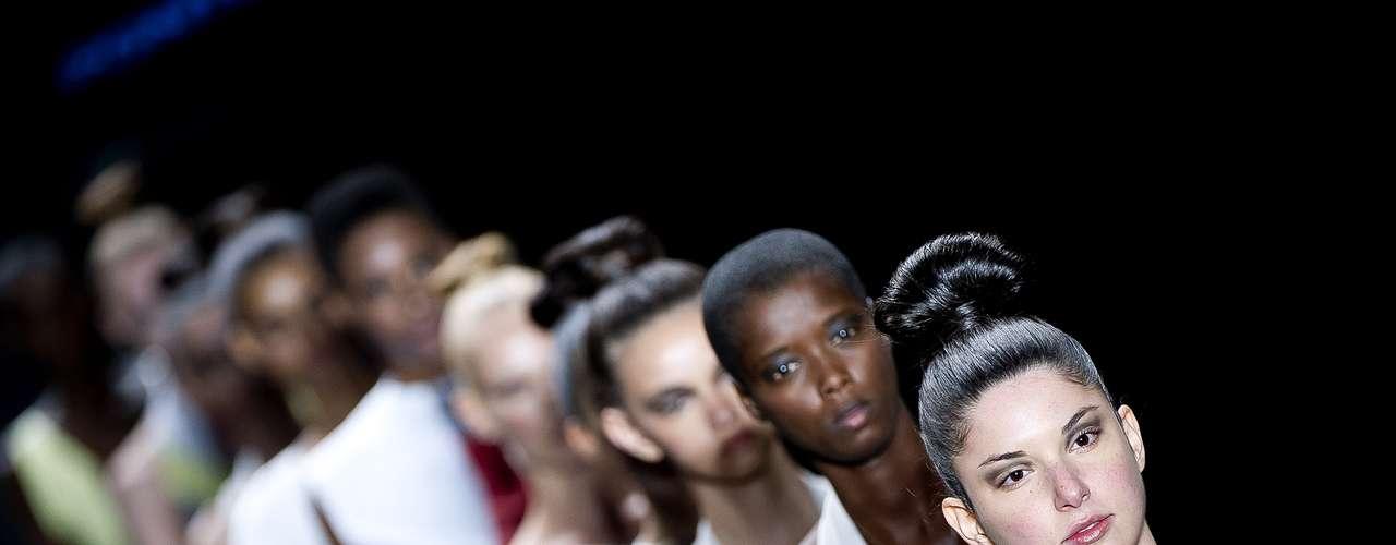 Helena Pontes levou à passarela modelos com coques altos com um efeito feito com o próprio cabelo
