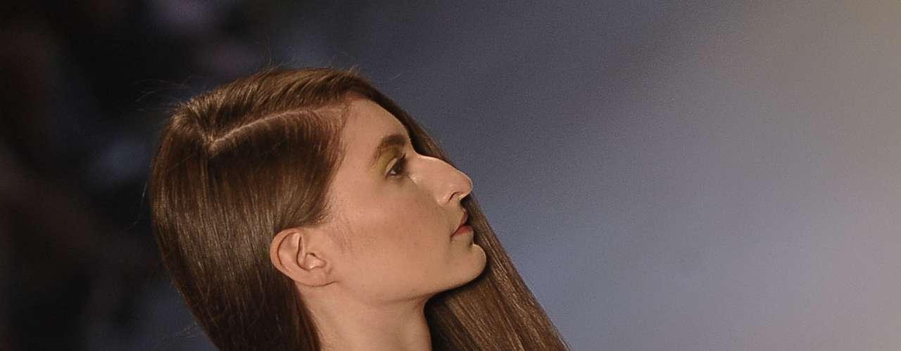 O cabelo foi dividido por uma risca lateral e colocado por cima de um dos ombros