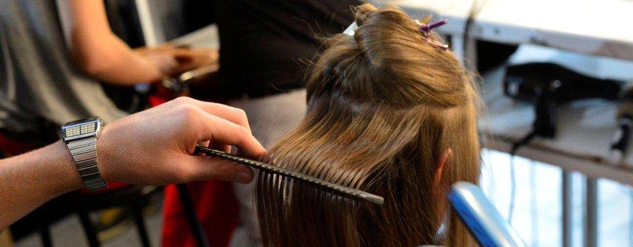 Cabeleireiros utilizaram chapinha para alisar os cabelos das modelos