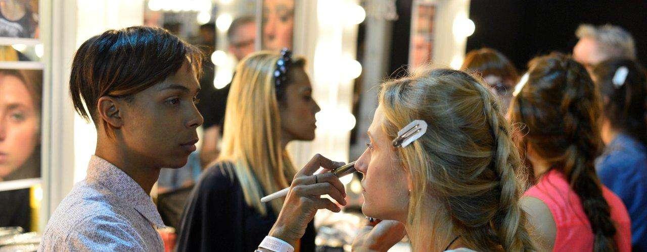 As modelos ficaram com os cabelos trançados enquanto eram maquiadas