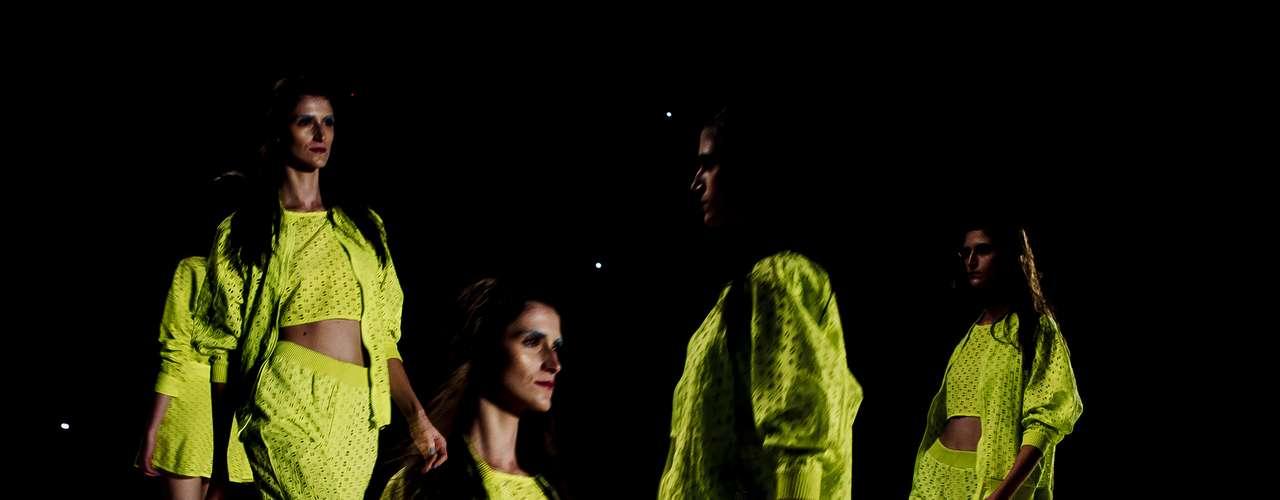 Cor neon e peças com recortes vazados apareceram em diversos looks daCoca-Cola Clothing