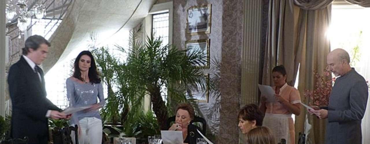 Amanda (Lisandra Souto) aproveita que todos estão reunidos na mansão dos Flores Galvão e faz uma revelação que promete fortes emoções: Carlos (Dalton Vigh) não é herdeiro legítimo da família