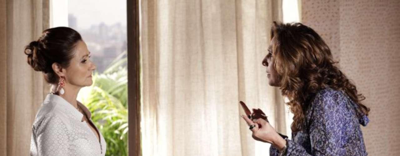 Desesperada com o fato de Aisha (Dani Moreno) acreditar que Wanda (Totia Meirelles) é sua mãe, Berna (Zezé Polessa) tenta consertar a história a todo custo e dá dinheiro a bandida