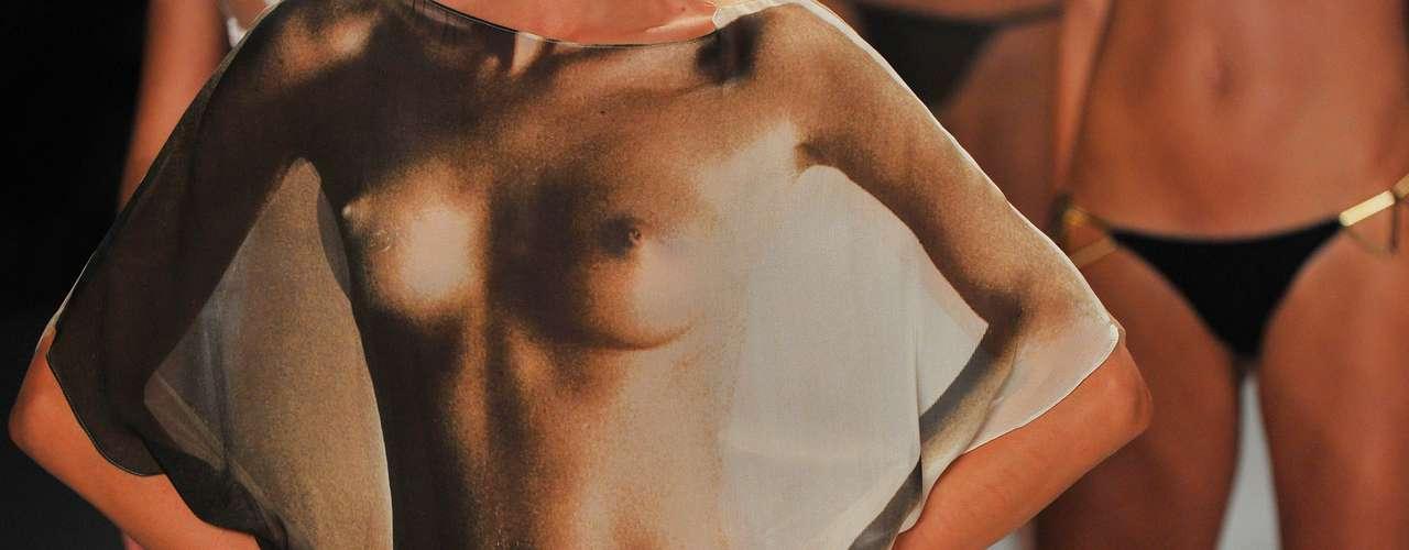 Saída de banho da Tryia traz estampa de um corpo feminino nu