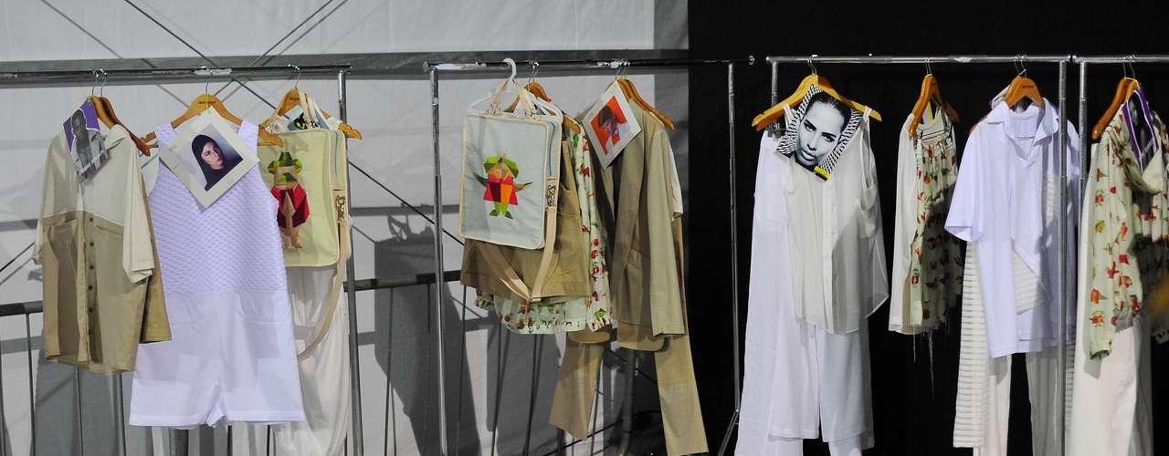 No backstage da marca Oestúdio, arara reúne peças e bolsas com as fotos dos respectivos modelos que as apresentarão na passarela