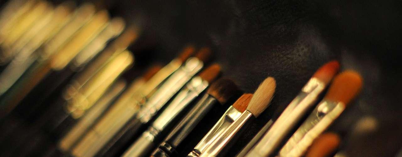 Estojo de maquiagem em backstage traz pincéis de diferentes tamanhos