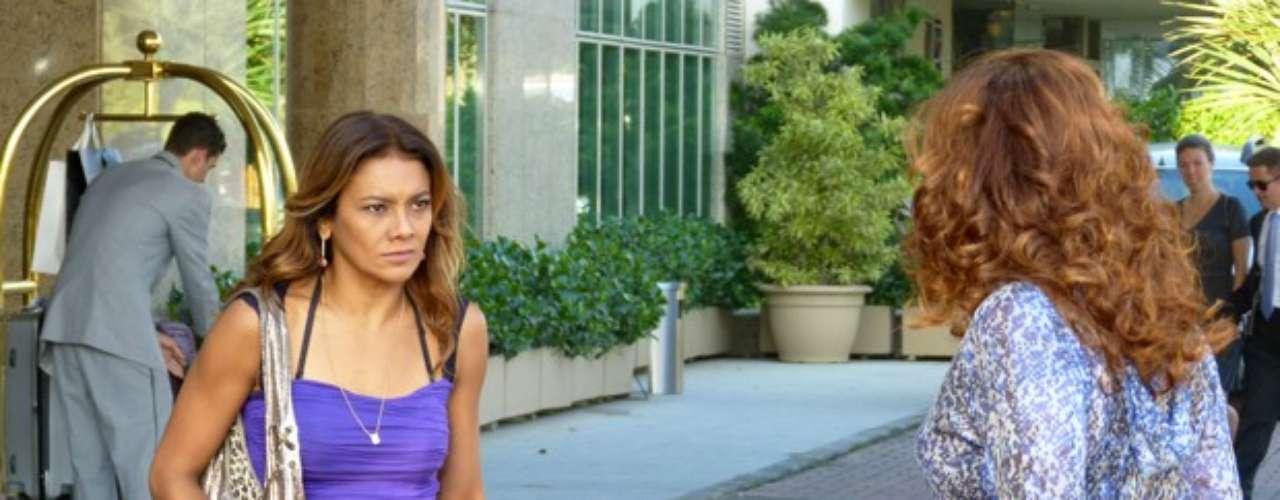 Sheila (Lucy Ramos) descobriu que Wanda (Totia Meirelles) está de volta ao Brasil. E é claro que ela conta para Lucimar (Dira Paes), que se enche de ódio e vai para a porta do hotel ficar de tocaia até a bandida sair