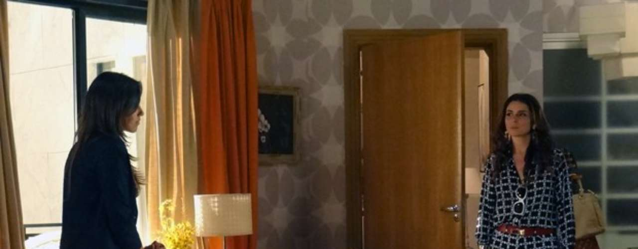 Drika (Mariana Rios) e Helô (Giovanna Antonelli) brigamo tempo todo.A patricinha se espalha no quarto da mãe e, quando a delegada chega, diz que vai morar com ela