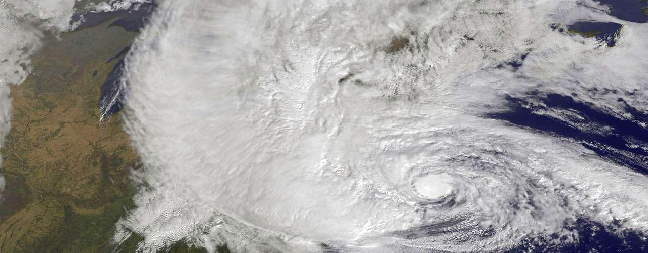 5º. Sandy Esse furacão, de 2012, foi um dos maiores a atingir os Estados Unidos em toda a história, com 1,5 mil quilômetros de diâmetro. Os ventos que chegaram à costa leste o deixaram apenas na categoria 1, mas causaram cerca de US$ 20 bilhões em prejuízos. Quase 300 mortes foram provocadas pelo Sandy
