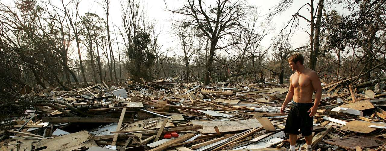 1º. Katrina O furacão Katrina, de categoria 3, atingiu os EUA em 2005 e causou US$ 108 bilhões de danos materiais, principalmente em Nova Orleans. Esse foi o furacão mais devastador, e mais caro, a atacar o país. Ele provocou quase 2 mil mortes