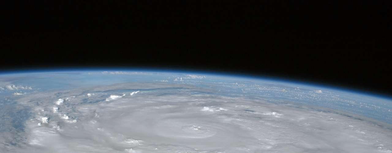 2º. Ike O segundo furacão mais destruidor foi o Ike, de categoria 2, que atingiu os EUA em 2008 e provocou prejuízos orçados em US$ 29,5 bilhões. Ao total, causou quase 200 mortes