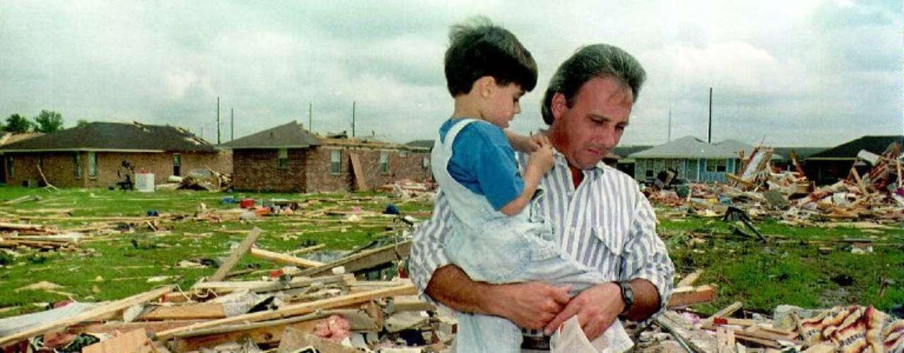 3º. Andrew Em 1992, com duração de 12 dias, o furacão Andrew contou com ventos de 250 km/h e custou US$ 26,5 bilhões aos EUA. A destruição provocou a morte de 65 pessoas