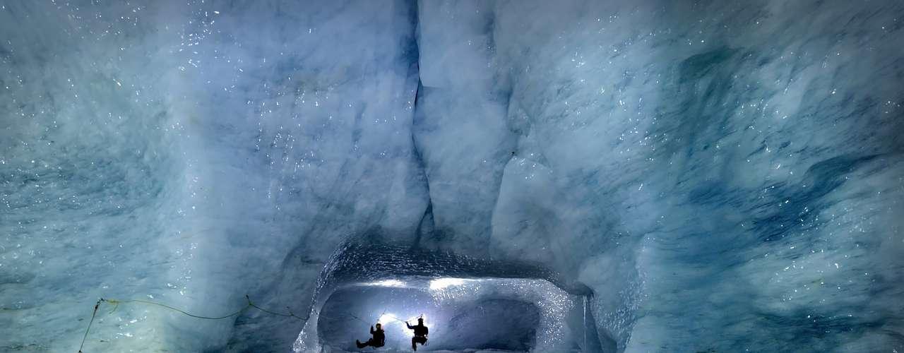 Esta foto foi feita durante uma expedição para mapear pela primeira vezcavernas de gelo em uma região da Suíça